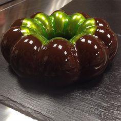 Ένας Ρώσος ζαχαροπλάστης έχει βρει το μυστικό για να κάνει τα γλυκά του να μοιάζουν με καθρέφτες.Μοιράστηκε την συνταγή του ''μυστικού'' του γλάσου και εγώ με την σειρά μου σας την παραθέτω και σας προκαλώ