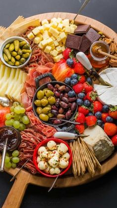 Charcuterie Recipes, Charcuterie Platter, Charcuterie And Cheese Board, Cheese Boards, Party Food Platters, Cheese Platters, Appetizer Recipes, Appetizers, Snacks Für Party