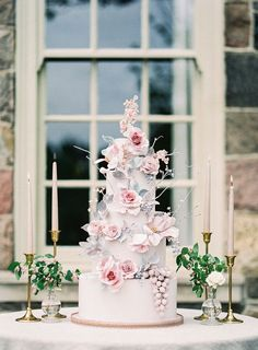 Elegant spring wedding ideas at Graydon Hall in Toronto #weddingcakedesigns