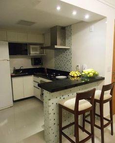 Foto sem luz, branquinhos mega breguinhas, um prato exposto desnecessário, mas a cozinha está muito fofinha.