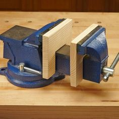 Double-Duty Vise Benchtop Vise Hack I have a metalworking vise in my shop, but occasionally I need a woodworking vise. Rather than buy another vise, I put wooden pads on the shaft of my metalworking vise. They protect the delicate pieces of my woodworking Woodworking Vise, Cool Woodworking Projects, Popular Woodworking, Wood Projects, Woodworking Furniture, Woodworking Classes, Furniture Plans, Woodworking Basics, Woodworking Techniques