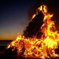 Instagram【wmw924】さんの写真をピンしています。 《☆ おんべ焼き🔥その② 点火後。 おんべ焼きとは、地元の人達が持ち寄った古いお札や正月の松飾、縁起ものなどを焼いて1年を振りかえり、新しい年の家内安全と無病息災を祈る行事です\(´ω` )/ お焚き上げで餅やスルメを焼いて食べると、1年風邪をひかないと言われてます🍃 ・ ・ ・ ・ ・ #海 #sea #seaside #beach #ocean #空 #sky #夕日 #夕焼け #夜景  #サンセット #sunset #日の出 #sunrise #naturelovers #instagood #icu_japan #ig_japan #team_jp_  #IGersJP #japan_of_insta #tokyocameraclub #instagramjapan #iphoneography #photooftheday #スマホ写真部  #写真好きな人と繋がりたい》