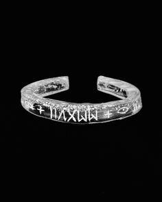 "#Pulseira ""C"" MMXVII #Rupestrista. #Acrílico cast cristal cortado, moldado e gravado à mão. Disponível em www.wallacebarros.com.br - #gelo #2017 #pixo #pulseirismo #joias #menscuff #cuff #pulseiramasculina #jewelry #menstyle #hautebijoux #bangle #newjewelry #joiadeartista #braziliantag #tagreto #pulseiradeacrílico #handmade #allseeingeye #+"