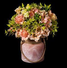 GANTE Bouquet primaveral en tonos suaves y flores de temporada. Presentado en original recipiente de cristal. http://www.mardeflores.com/felicitar/gante #EnviodeFloresMadrid. FloristeriaMadrid