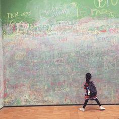 Ces deux semaines seront consacrées encore à la découverte de l'écrit en lien avec le projet de la période 5. Je poursuis la présentation du matériel Montessori avec l'utilisation du plateau de sable en prolongement des lettres rugueuses. Ce plateau va... Tribune Libre, Anna, Centre Pompidou, Paul Klee, Face Art, Les Oeuvres, Culture, Coups