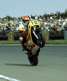 http://homepage.ntlworld.com/roncoombs/images/Randy%20Mamola%20Wheelie%20Silverstone%201980.jpgからの画像