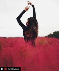 """#Repost @omshivaom with @repostapp  En este día Suelto TODO aquello que me hace vivir en el pasado que me ata y que me estanca... Le digo ADIOS a: la culpa el dolor el apego el rencor porque yo me merezco un mejor presente... y es que pasa que algunas veces cuando cometemos un error las personas que nos quieren ayudar nos dicen para consolarnos: """"todo pasa por una razón""""; lo que no deja de ser cierto. Pero nos empeñamos en albergar dentro de nosotros un conjunto de emociones que sólo nos…"""