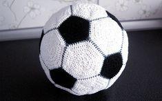 Как связать крючком игрушку «футбольный мяч». Схемы вязания и сборки, мастер-класс