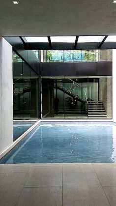 Modern home in Beverly Hills. Photo/Video by Fatima Malik. Modern home in Beverly Hills. Photo/Video by Fatima Malik. The indoor reflection pool was so calming surrounded by… - Villa Design, Modern House Design, Modern Pool House, Indoor Swimming Pools, Swimming Pool Designs, Indoor Outdoor Pools, Small Indoor Pool, Indoor Jacuzzi, Moderne Pools