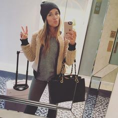 Jessie James Decker wearing Chanel Caviar Grand Shopping Tote Gst Bag, Marrakech Blocked Sherpa Bomber Jacket and Lumee Duo Led Lighting Iphone Case Eric And Jessie Decker, Jesse James Decker, Eric Decker, Cold Weather Fashion, Cold Weather Outfits, Jessie James Decker Instagram, Fall Outfits, Cute Outfits, Kendall Jenner Style