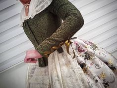 Detalles y contrastes, mi gran pasión. #eduardocerveraindumentaria #eduardocervera #indumentariavalenciana #indumentariafemenina #indumentariafallera #indumentaria #valencia #fallas #tradicion #contrastes 1700s Dresses, Fashion Design Sketches, Sleeve Designs, Historical Clothing, Lace Skirt, High Waisted Skirt, Gowns, Skirts, Lady