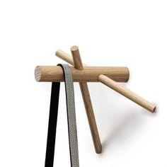 Sticks ist ein minimalistischer Wandhaken aus Holz, der zwar einfach konstruiert ist, aber dennoch höchst funktionell und dekorativ ist. Perfekt im Eingangsbereich zum Aufhängen von Jacken, Mänteln, Taschen und jeglicher Kleidung.