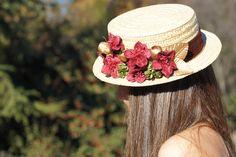 Payesa  Canotier de paja natural con flores de terciopelo y seda en tonos cálidos fácilmente combinables. #tocados #pitiusas #invitadaperfecta #boda #florespreservadas