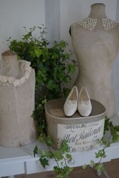 Love dress forms, old hatboxes, accessories