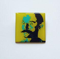 Klíma žluto-modrý popart (brož)  Vlastní grafický design s obrázkem Ladislava Klímy je zalitý křišťálovou pryskyřicí na aluminiovém lůžku o velikosti 4cm x 4cm. Vhodné pro všechny milovníky filosofie. Zapínání na brožový můstek
