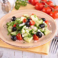 Salade de concombre, tomates et olives noires