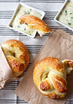 ソフトプレッツェルとよく合う、ローストハラペーニョチーズソースを作ってみましょう! シンプルなレシピで作ったソフトプレッツェルを素敵に味付けしてくれますよ。  【材料】  ハラペーニョ(青唐辛子) 小2個 無塩バター 大さじ2 小麦粉 大さじ2 牛乳 1カップ チェダーチーズ 230g みじん切りコリアンダー 1/4カップ 塩 少々  【手順】  すべての側面がこんがりするまで、約10分ハラペーニョをオーブンで焼く、あるいは、ガスバーナーで表面を焼いていきます。黒くなった表面は除き、中の種も取り除き細かく刻みます。 中火で温めた小鍋にバターを溶かし、刻んだハラペーニョを入れ、その後小麦粉を入れ泡立て器で30秒混ぜます。 小麦粉の塊がなくなるまでゆっくりと牛乳を入れて、約3〜5分泡立て器で混ぜあわせます 。火を消した鍋に細切りチーズを加えて溶けるまで混ぜます。 コリアンダーとお好みで塩を入れて完成です!