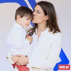 Carlota Casiraghi, todo ternura con su pequeño Raphaël en la entrega de premios del Eprix de Fórmula E de Mónaco. ❤️ #carlotacasiraghi #charlottecasiraghi #raphaelelmaleh #royals #monaco #formulae