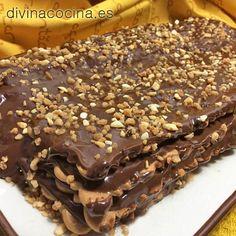 Esta tarta de galletas también se puede rellenar de crema pastelera y recubrir con chocolate, o rellenar de crema de chocolate blanco y negro alternadas y recubrir a tu gusto.