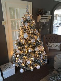 Christmas tree in sitting morning area Christmas Hacks, Cozy Christmas, Christmas Holidays, Christmas Trees, Christmas Tree Decorations, Holiday Decor, Christmas Living Rooms, Silvester Party, Christmas Aesthetic