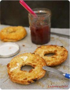 #Bagel complet aux raisins secs pour le petit déjeuner : toasté encore tout chaud avec du beurre salé et de la confiture ou pas!