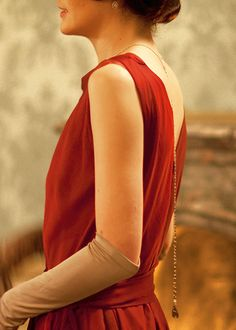 Michelle Dockery as Lady Mary Crawley in a red evening gown. Downton Abbey Costumes, Downton Abbey Fashion, Dame Mary, Lady Mary Crawley, Retro Fashion, Vintage Fashion, Michelle Dockery, Lady In Red, Pretty