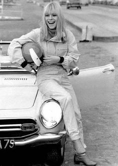 France Gall on the Montlhery circuit in October 1969 French Pop, French Chic, Amelie Pichard, Vintage Beauty, Vintage Fashion, T Shirt Fun, Essentiels Mode, Blouse Fleurie, Cardigan En Maille
