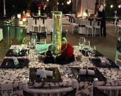 decorado de boda en blanco y negro con detalles rojo y de velas