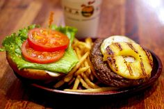 """하와이에서 엄청 유명한 햄버거 가게 """"쿠아 아이나 Kua Aina 의 Best Selling Menu 하와이안 버거"""