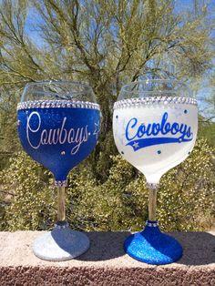 Fancy Wine Glasses, Glitter Wine Glasses, Decorated Wine Glasses, Painted Wine Glasses, Glitter Bottles, Wine Glass Sayings, Wine Glass Crafts, Wine Bottle Crafts, Wine Glass Designs