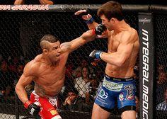 """Veterano do UFC elogia Weidman e detona Vitor Belfort. Don Frye, um ícone do antigo vale-tudo, ex-campeão do UFC no torneio dos pesos pesados em 1997 pelo UFC 8 e um dos maiores nomes do PRIDE na década de 90, deu uma declaração para lá de polêmica sobre o também veterano Vitor Belfort, lutador mais jovem a vencer o torneio do UFC. """"Eu acho que o Vitor tem que fazer outra operação para ginecomastia. Ele foi pego mais de uma vez (no antidoping) e as coisas não estão indo a seu favor."""