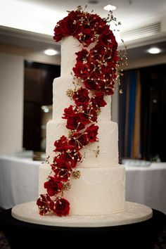 Gold Wedding Cakes Cascading flowers are a hot trend for 2013 © Claire Graham - Cake cutting is now a high point of your wedding reception, along with the speeches and the first dance. Click Cake talk about what's hot for 2013 Christmas Present Wedding Cake, Wedding Cake Red, Wedding Cake Fresh Flowers, Cool Wedding Cakes, Beautiful Wedding Cakes, Wedding Cake Designs, Wedding Cake Toppers, Beautiful Cakes, Elegant Wedding