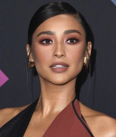 7 Shades of Lipsticks We Want to Test by the End of the Year Marrom: deixa qualquer look chic no ato. É um tom diferentex, para quem quer ousar, mas não muito. shay mitchell – batom – marrom – cor – make up - Schönheit von Make-up Makeup Inspo, Makeup Inspiration, Makeup Style, Makeup Trends, Brown Nude Lipstick, Sexy Make-up, Patrick Ta, Beauty Make-up, Beauty Secrets