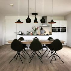 Modern interior disegn dinning funcional dinning table oak blach chairs BoConcept wooden floor