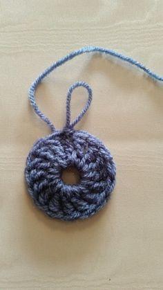 Deze deken wint het met populariteit in mijn bedrijf! Ik heb al een aantal bestellingen gekregen voor de deken, en vandaag leg ik jullie uit hoe de vierkantjes, waaruit deze deken bestaat, te maken. Ik heb er een foto tutorial van gemaakt, om het makkelijker voor jullie te maken. Als deze squares gehaakt zijn met … Free Crochet Square, Crochet Squares, Learn To Crochet, Diy Crochet, Crochet Necklace, Crochet Patterns, Embroidery, Quilts, Wool