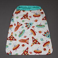 Serviette de cantine enfant élastique Fusées Lilooka. L'enfant la met et la retire seul à la cantine ou à la maison. Lavable à 40 °. 100 % coton. Pour les enfants qui ne veulent plus de bavoir. Idée cadeau. Dimensions : 40 x 36 cm. http://www.lilooka.com/a-table-1/serviettes-de-table-cou-elastique-enfants/serviette-de-cantine-enfant-elastique-fusees-1.html