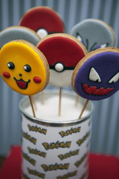 Caraminholando preparou uma decoração clean e moderna para a festinha de nove anos do Pedro. O tema, não poderia ser outro, Pokémon!