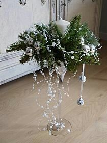 Stroiki, Wianki na Stylowi.pl a festive voice . Christmas Flower Arrangements, Christmas Flowers, Christmas Table Decorations, Noel Christmas, Christmas Candles, Christmas Wreaths, Christmas Ornaments, Holiday Decor, Elegant Christmas