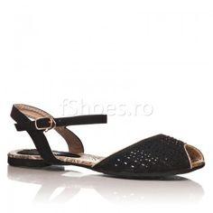 Sandalele Oriental au un model foarte in voga vara aceasta, cu botul rotunjit si descoperit la deget. Sandalele Oriental sunt elegante si practice, oferindu-va un plus de stralucire tinutei si stabilitate piciorului.