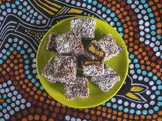 """Z okazji dzisiejszego Dnia Australii mam dla Was wprost z Antypodów przepis na australijskie """"lamingtony"""". Ciasteczka te często przygotowywane są na imprezy dla dzieci lub jako przekąska na różnego rodzaju przyjęcia."""