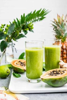 Healthy Smoothies Recipe Anti-Bloat Green Smoothie - Blend up this all natural (and tasty!) green smoothie to help beat belly bloat and discomfort. Best Smoothie, Green Detox Smoothie, Healthy Green Smoothies, Green Smoothie Recipes, Smoothie Cleanse, Anti Bloat Smoothie, Simple Smoothies, Ginger Smoothie, Papaya Smoothie