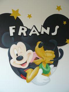 Muurschildering kinderkamer met Mickey met Pluto. De sterren zijn voorzien van een laagje glitters. Bekijk ook mijn Facebookpagina:  https://www.facebook.com/esthersmuurschilderingen/