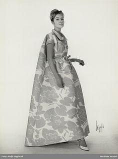 NK s Franska efter original från Givenchy. Modell i blommig klänning med  smalt skärp. Foto  Ateljé Uggla AB c7636799bd00f
