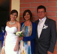 La dama de honor que mantiene la piel de la novia bella.