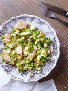 Salade choux de Bruxelles crus - 150 g de choux de Bruxelles 1 petite poire 1 c à s d'huile de sésame
