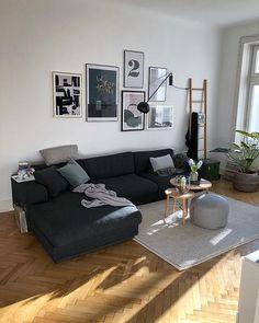 Sonniges Wohnzimmer mit Gallerywall, dazu passendem Sofa, weißem Teppich, umfunktioniertem Handtuchhalter, Holztischen, Pouf, ...