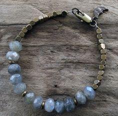 Labradorite Bracelet - Bracelet de perles en laiton - bleu pierres gris - laiton Vintage lune Charm - breloque - Moon Bracelet
