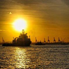 Para matar as saudades de alguém que anda sumido essas semanas. Sol seu lindo! #abussolaquebrada #sol #pordosol #riodejaneiro #viajar #viagem #sea #mar #navio #ship #travel #traveler #verao #summer #sunset