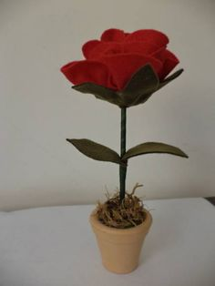 Rosa de feltro em vaso de ceramica. Ideal para decoração festa do Pequeno Príncipe.  Mede cerca de 19 cm de altura, com vaso. R$ 10,00
