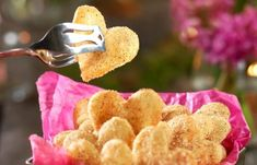 Fina mördegskakor som doppats i kanel och socker. Följer du vårt enkla recept lovar vi att du får underbart spröda småkakor!